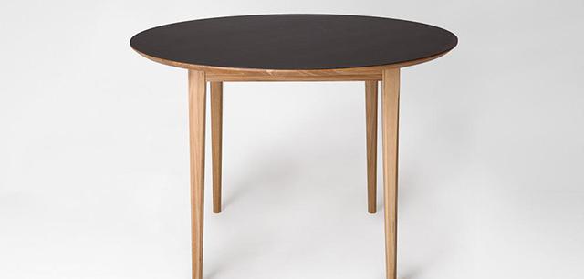 Masa, scaun si bancheta, sub semnatura lui Noé Duchaufour Lawrance